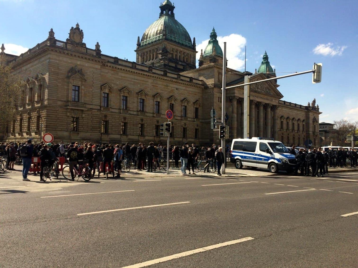 Der Gegenprotest am Simsonplatz sammelt sich. Foto: LZ