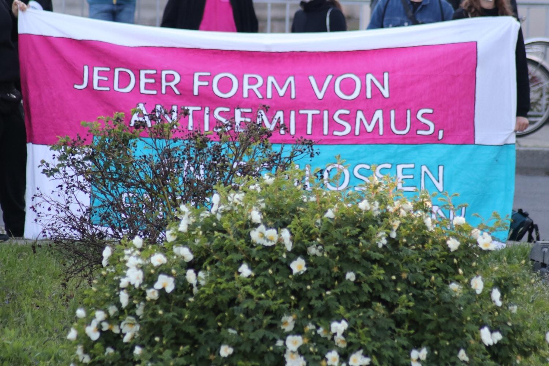 """Der Protest richtete sich unter anderem gegen den Antisemitismus in der """"Querdenker""""-Bewegung. Foto: LZ"""