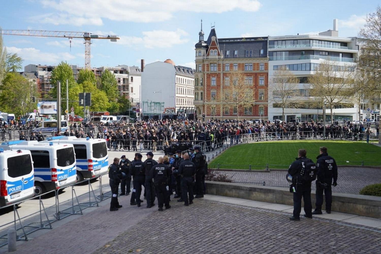 Gegen 15:30 Uhr werden es immer mehr im Gegenprotest auf dem Simsonplatz. Foto: LZ