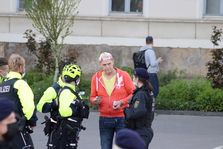 Während der Demo gab es am 17. Mai 2021 eine Identitätskontrolle eines Teilnehmers der Bürgerbewegung. Foto: LZ