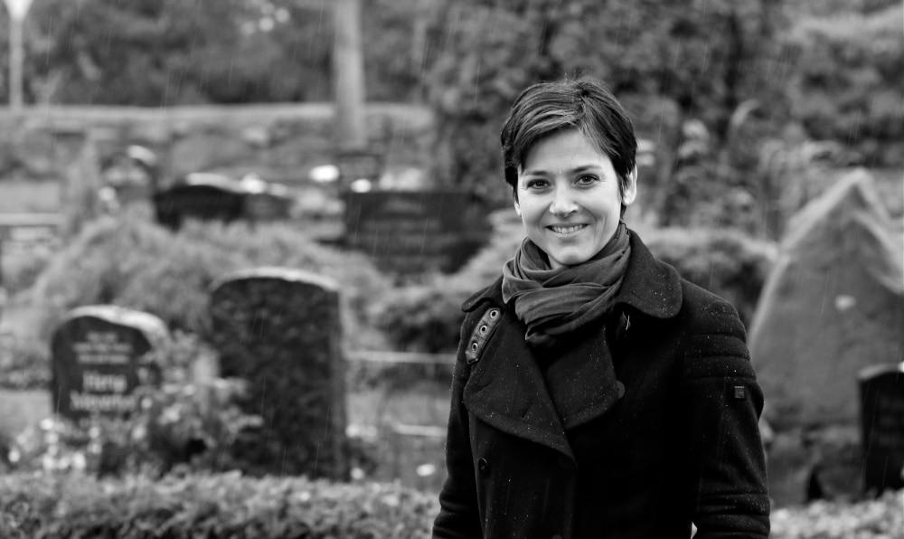 War schon als Kind von Friedhöfen fasziniert: Die Kunsthistorikerin Dr. Anja Kretschmer. Foto: Cathy Schulz