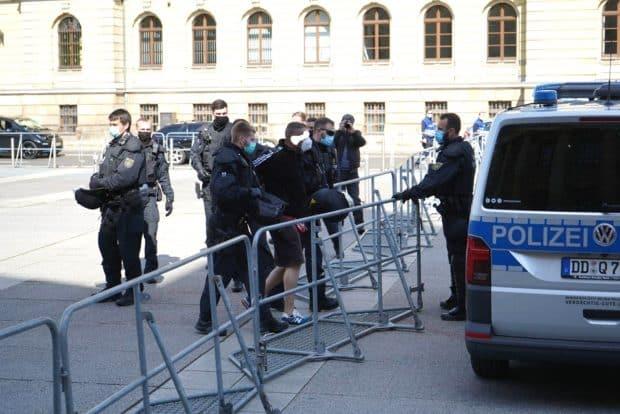 """Nach einer Attacke auf einen LZ-Reporter erst einmal in Gewahrsam: Teilnehmer von """"Bewegung Leipzig"""" auf dem Simsonplatz. Foto: LZ"""
