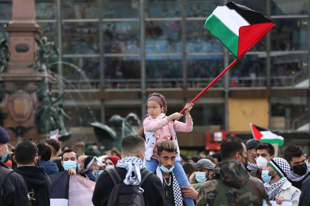 Mehrere Kinder wurden mit Schildern und Fahnen ausstaffiert. Foto: Alexander Böhm