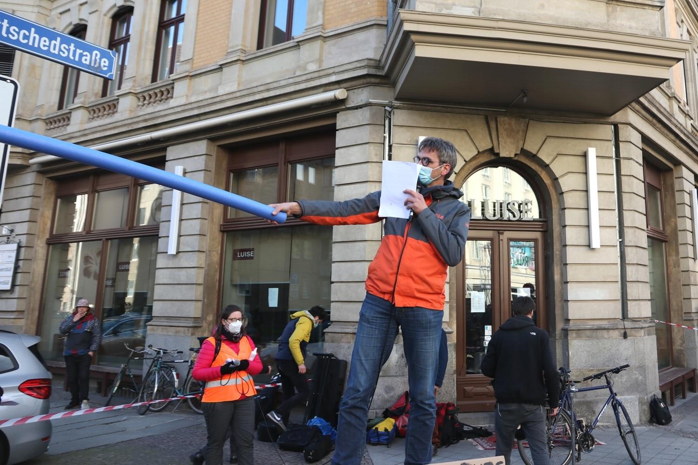 Mitinitiator des Bündnisses Volker Holzendorf zeigt mal den üblichen Überholabstand zu einem Radler. Foto: LZ