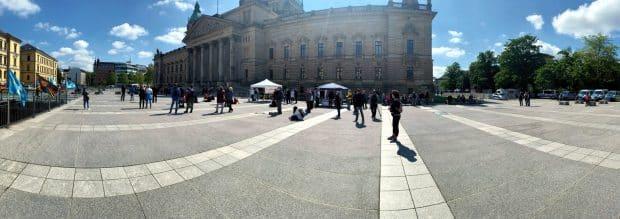 Der Simsonplatz um 15:30 Uhr mit der um 15 Uhr gestarteten Versammlung. Foto: LZ