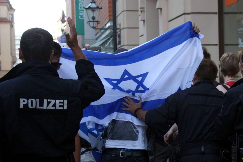 Polizisten drängten 2014 die Israel-Unterstützer ab. Foto: LZ