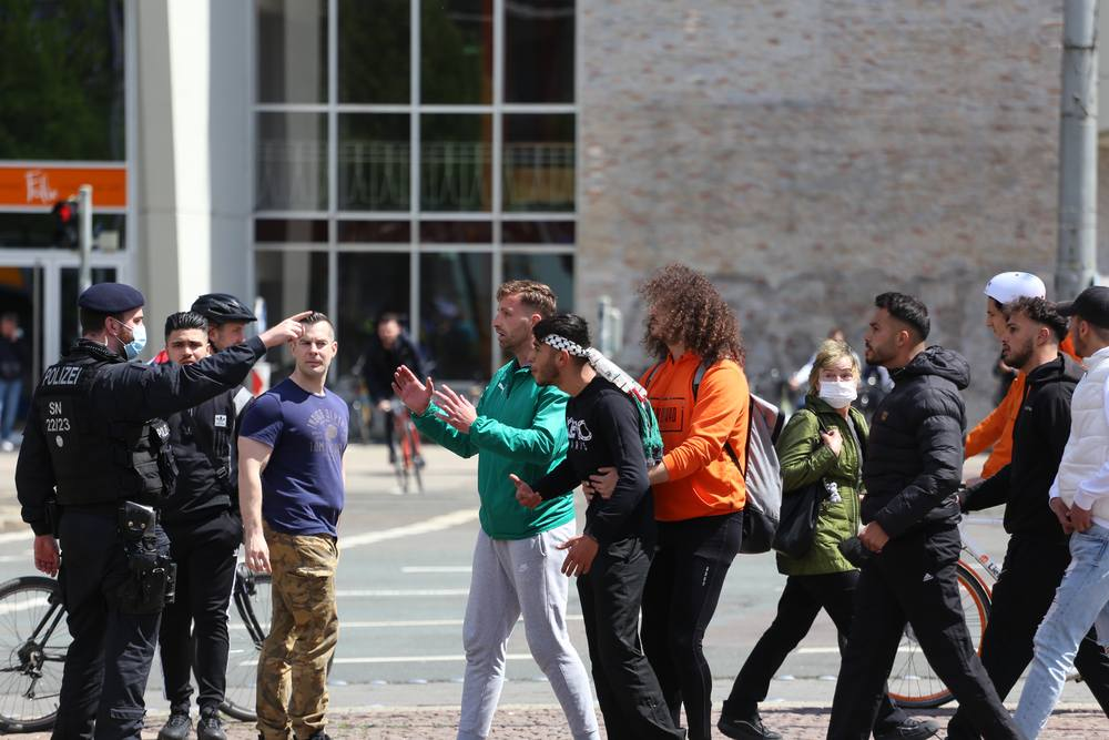 Polizisten mussten pro-palästinensische Teilnehmer zurückhalten. Foto: Alexander Böhm