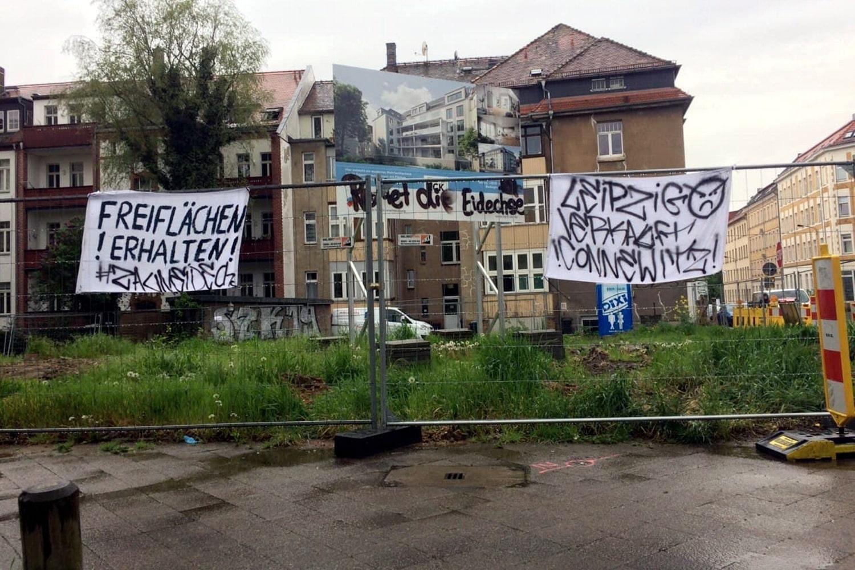 Dieses Mal keine Baggerbesetzung. Andere Anwohner haben heute Abend Banner aufgehängt. Foto: LZ