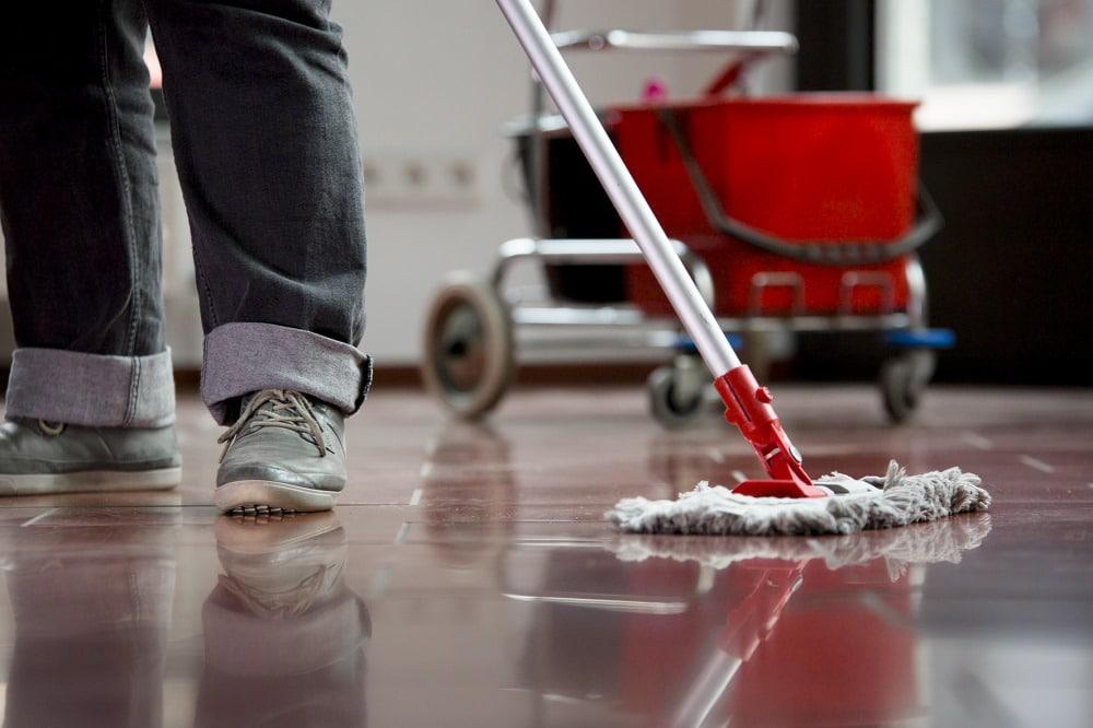 Reinigungskraft bei der Arbeit. Foto: IG BAU