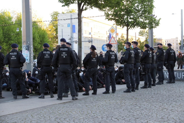 Sitzstreik zwischen Platz und Straße, nachdem der Gegenprotest abgedrängt war. Foto: LZ