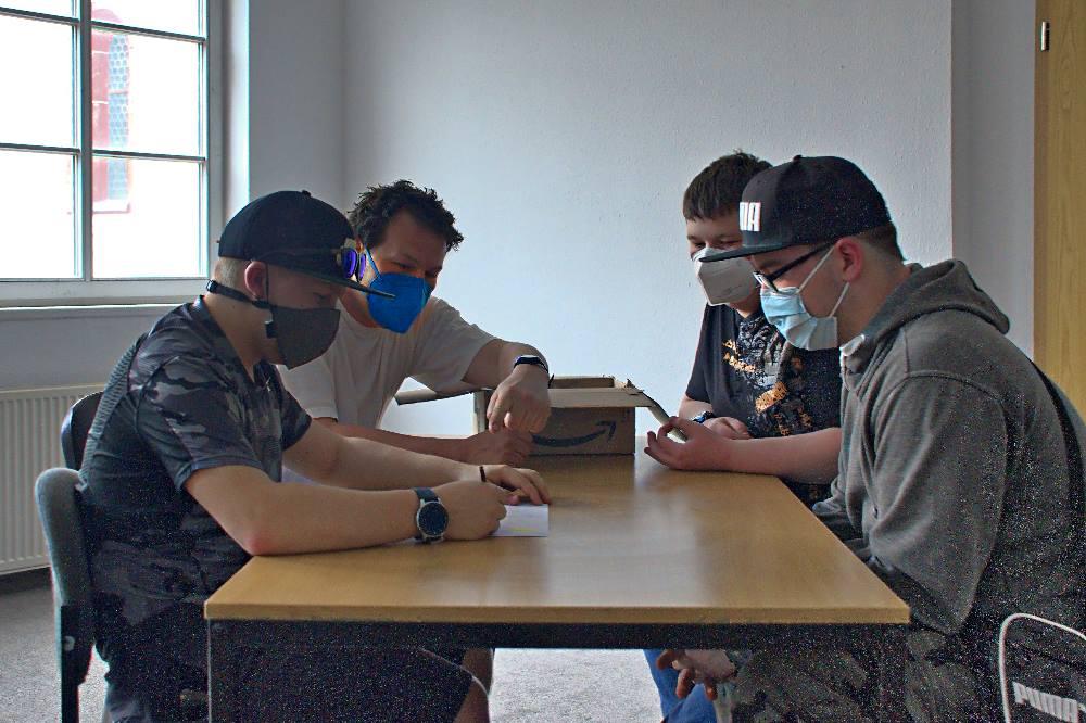 Teilnehmer des BDW zeichnen einen Comicstrip. Quelle: Künstlerhaus Schaddelmühle
