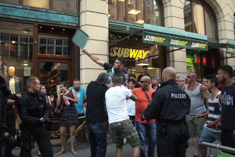 """Unschöne Bilder am Neumarkt, fliegende Tabletts und später noch """"Scheiß Juden""""-Rufe am 17. Juli 2014 in Leipzig. Foto: LZ"""