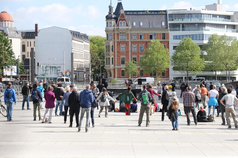 """Schlussbild einer Versammlung mit rund 60 Teilnehmerinnen bei """"Bewegung Leipizg"""" am 29. Mai 2021. Foto: LZ"""
