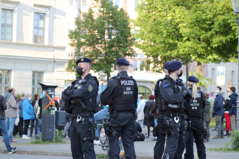 Wieder zwischen beiden Parteien, aber mit verhältnismäßig wenig Arbeit - die Polizei in losen Gruppen. Foto: LZ