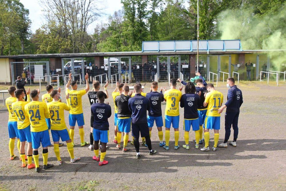 Nach dem Einzug ins Finale ließ sich die Mannschaft von den Lok-Fans vorm Stadion feiern. Foto: Jan Kaefer