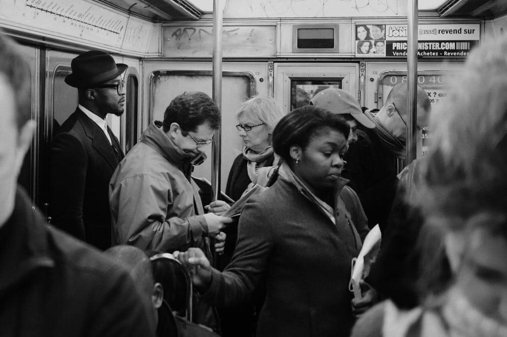 """""""Ligne 6"""" zeigt eine Szene aus der Metro-Linie 6 in Paris. Foto: Johny Pitts"""