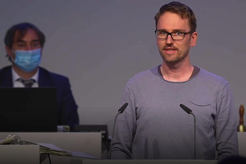 Dr. Adam Bednarsky bei seiner Rede im Stadtrat. Screenshot: Livestream / LZ