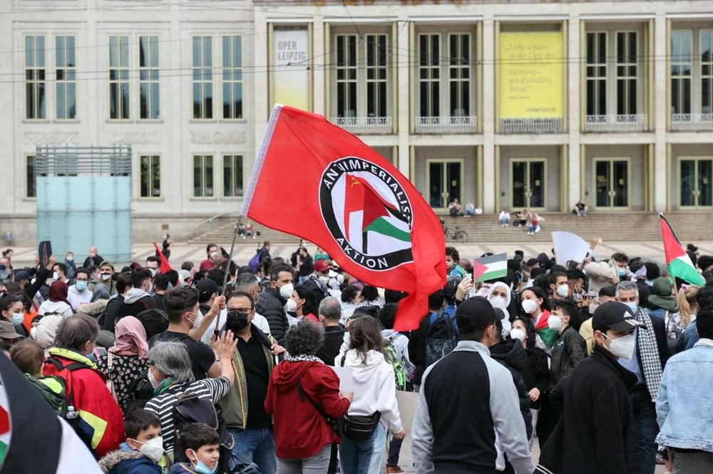 """Gern verwechselt. Die """"antiimperialistische Aktion"""" ist nicht die Antifa-Fahne. Foto: LZ"""