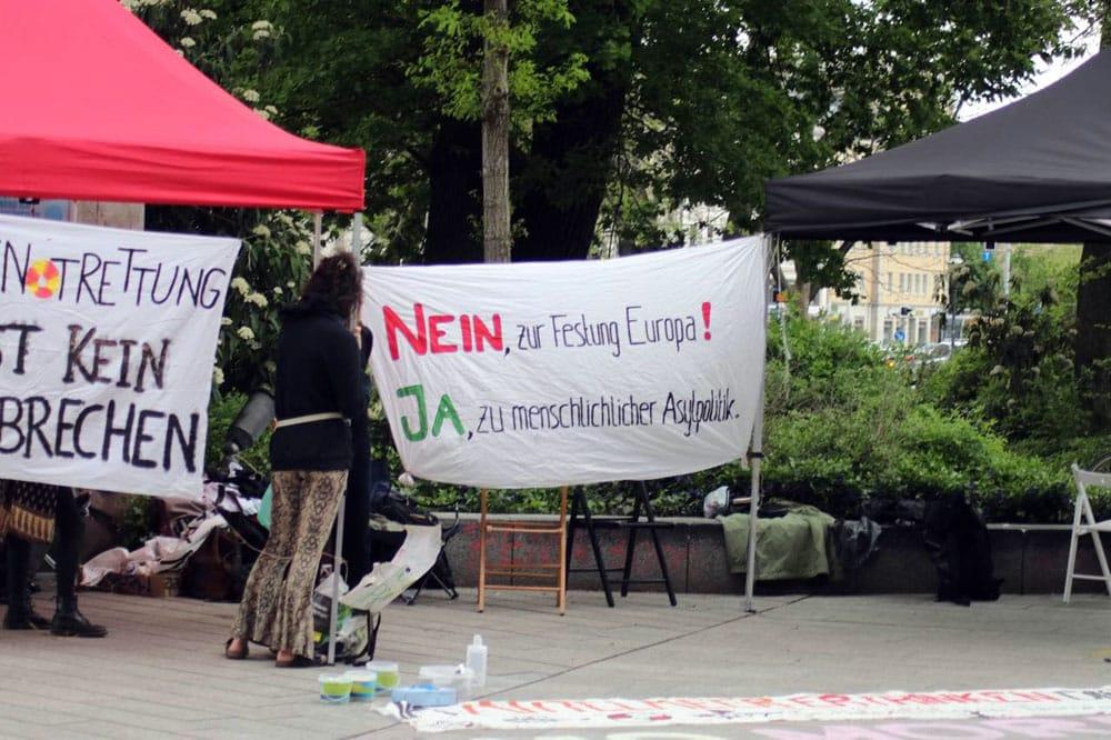 Die 24-stündige Mahnwache gegen die Asylpolitik der EU an der Moritzbastei. Foto: LZ
