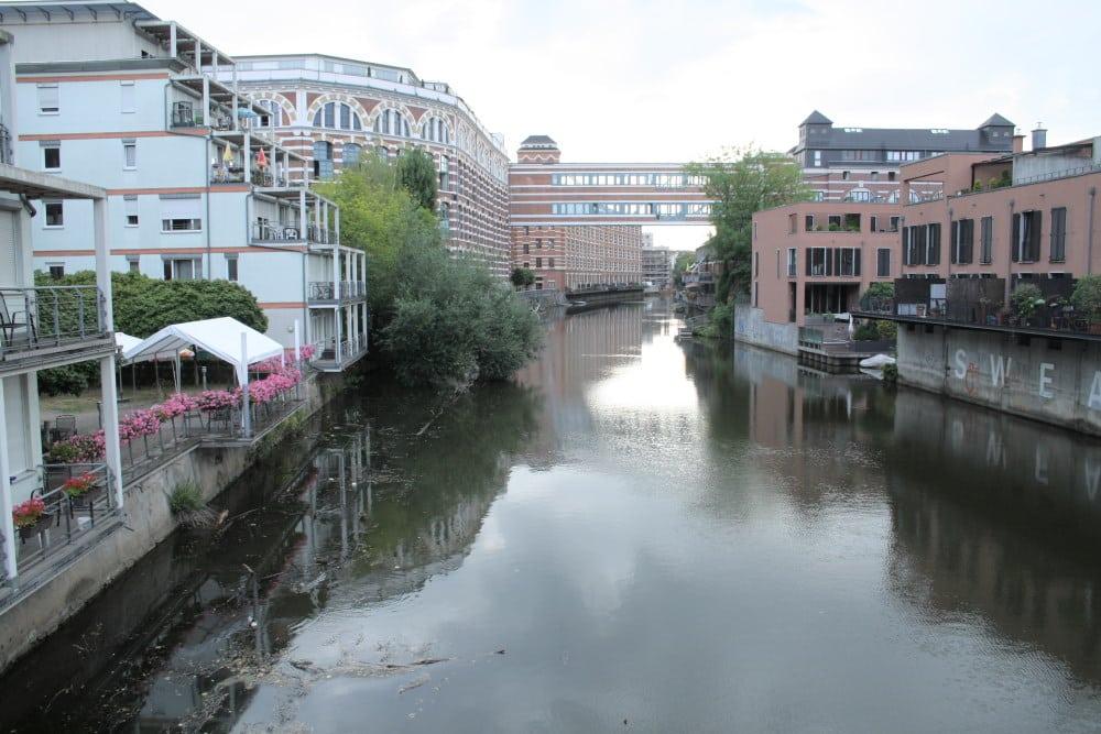 Ohne Bootsverkehr schön ruhig: Wohnbebauung an der Weißen Elster. Foto: Ralf Julke