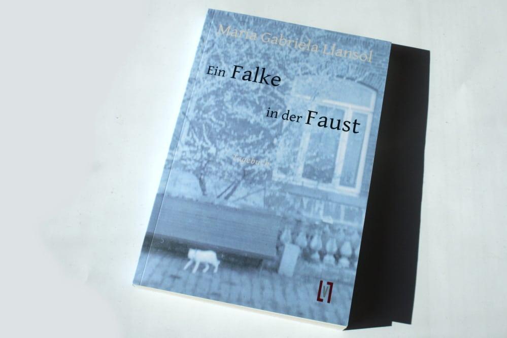 Maria Gabriela Llansol: Ein Falke in der Faust. Foto: Ralf Julke