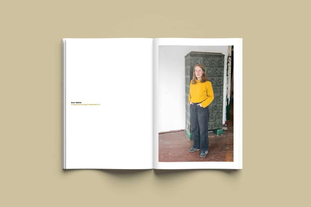 """Blick in den Katalog """"Die Kuratierenden"""". Foto: Fabian Heublein"""
