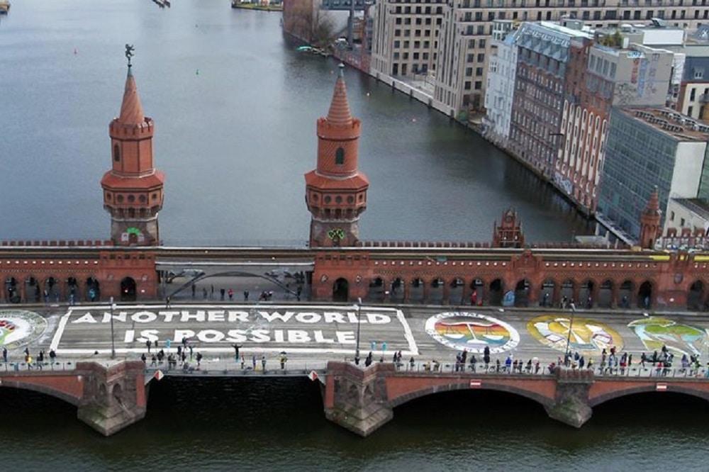 Schon im vergangenen Jahr protestierten Fridays for Future und ver.di auf der Oberbaumbrücke in Berlin. Foto: Fridays for Future