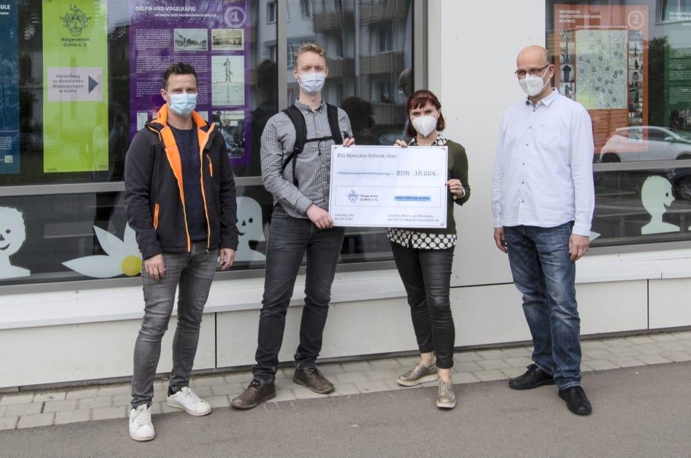 Tino Bucksch (Vorsitzender Bürgerverein Gohlis e.V.), Peter Niemann (Projektverantwortlicher), Carola Wirth (Schulleiterin), Eyke Hiersemann (stellv. Schulleiter). Foto: Andreas Reichelt