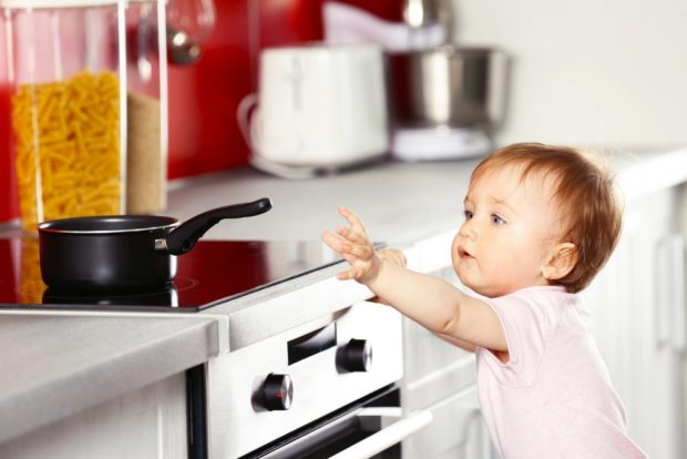 Die Küche ist eine wahre Gefahrenquelle für Kinder. Foto: Africa Studio