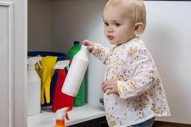 Für Kinder gefährliche Substanzen sollten unerreichbar sein. Foto: redpepper82