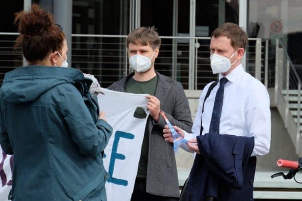 Ministerpräsident Michael Kretschmer kam dann doch noch zum Übergabetermin. Foto: Louise Hummel-Schröter
