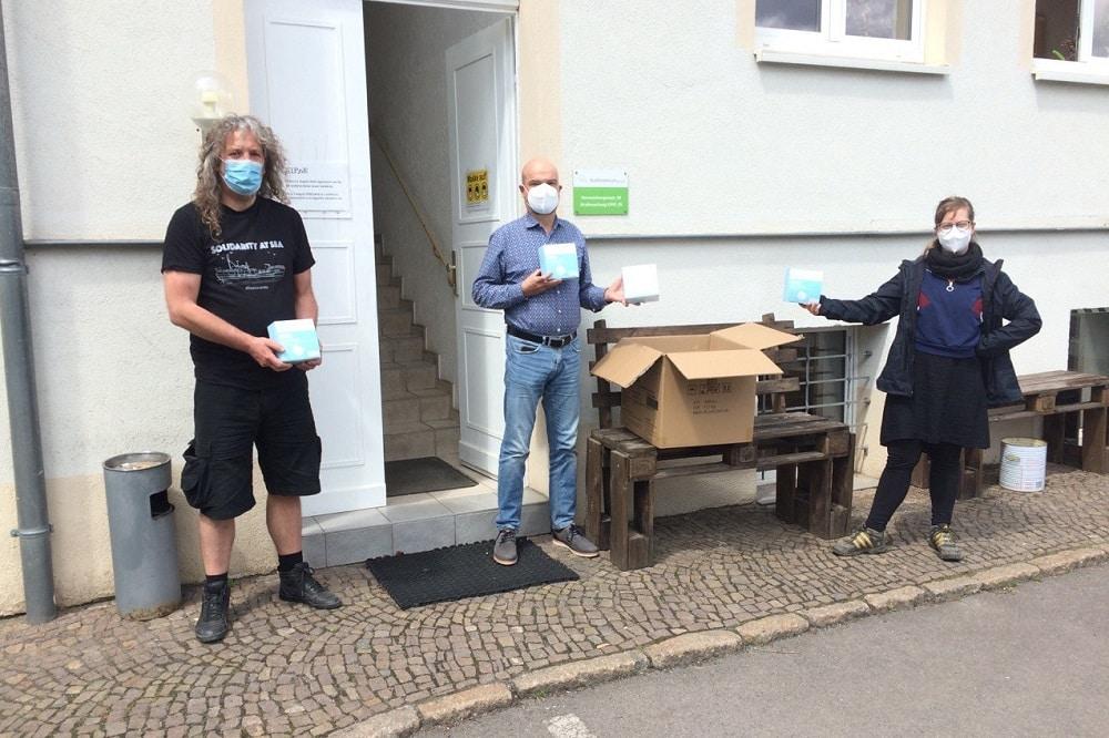 """Björn Wilda vom Straßenmagazin Kippe (Mitte) mit Katharina """"Käthe"""" Subat und Thomas """"Kuno"""" Kumbernuß von der PARTEI. Foto: LZ"""