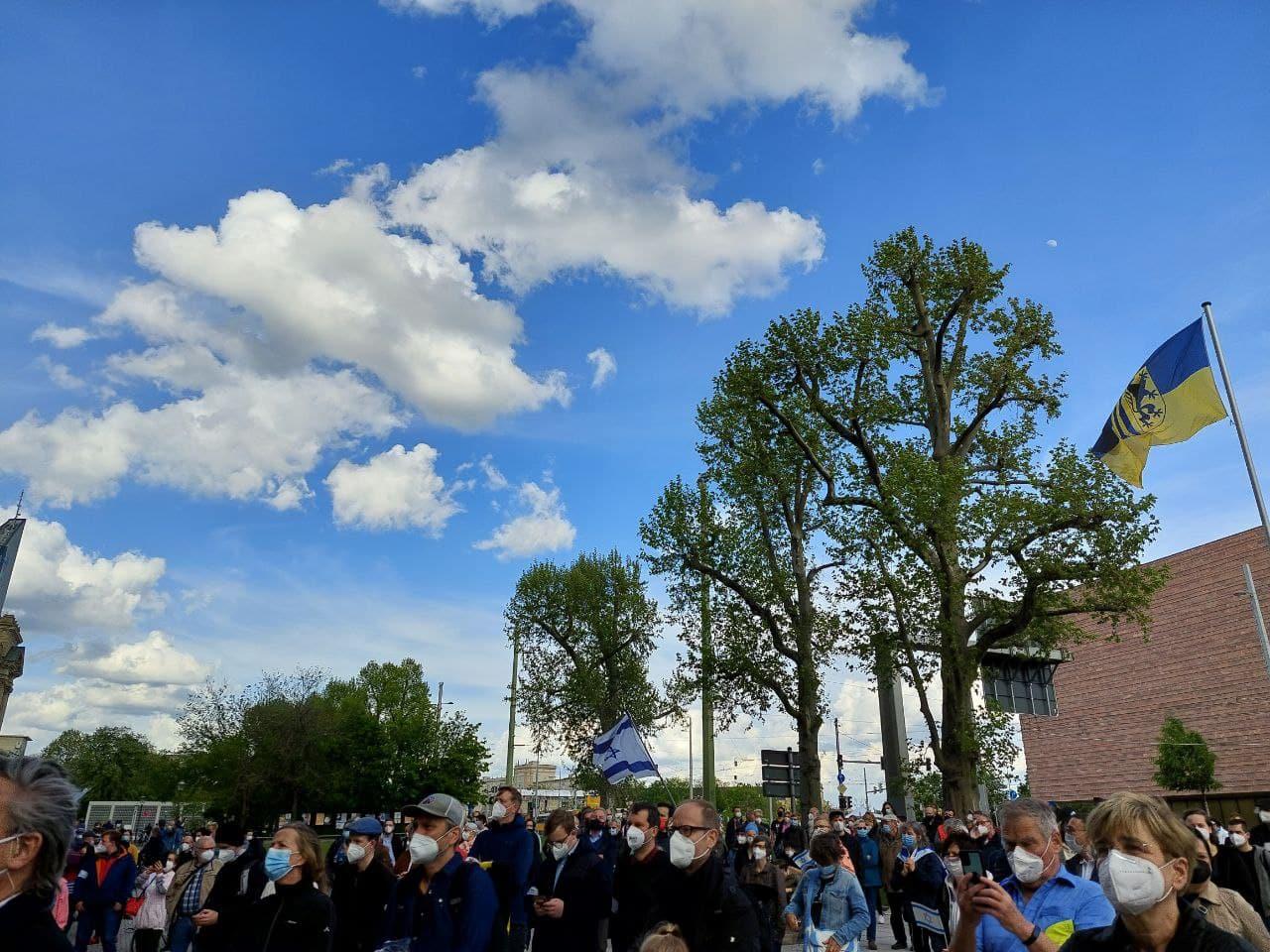Ab 18 Uhr traf sich am 21. Mai 2021 eine Solidaritätsversammlung am Leipziger Rathaus. Foto: LZ