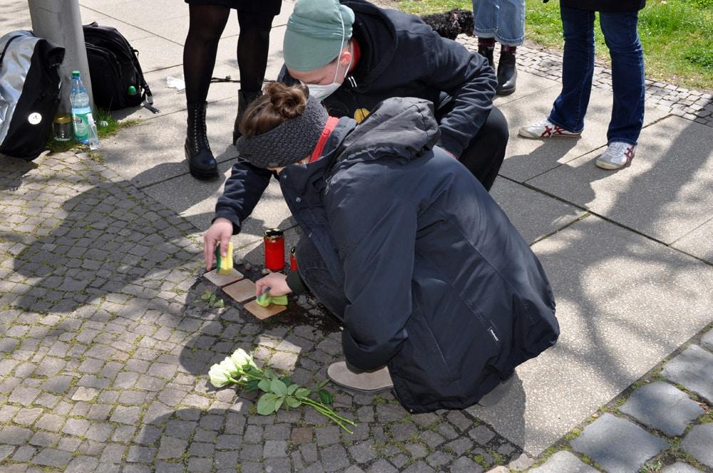 Der Demotag am 8. Mai begann erst einmal mit Stolpersteineputzen. Foto: Antonia Weber