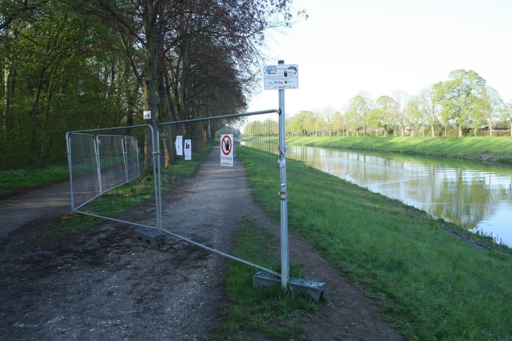 Der gesperrte Uferweg am Elsterflutbett. Foto: Ralf Julke