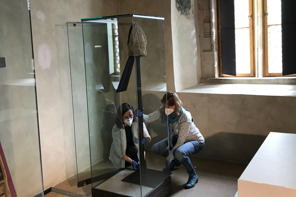 Die Prachtmitra wird in der Vitrrine platziert. Foto: Vereinigte Domstifter, C. Tennler
