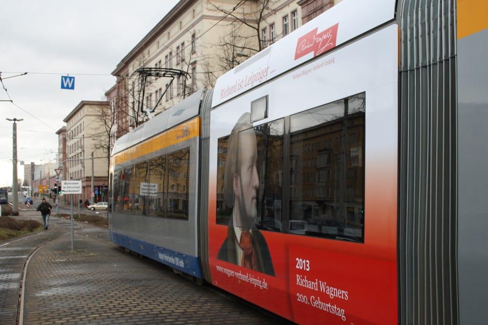 Werbung für das Wagner-Jubiläum 2013 auf einer Straßenbahn der LVB. Foto: Ralf Julke