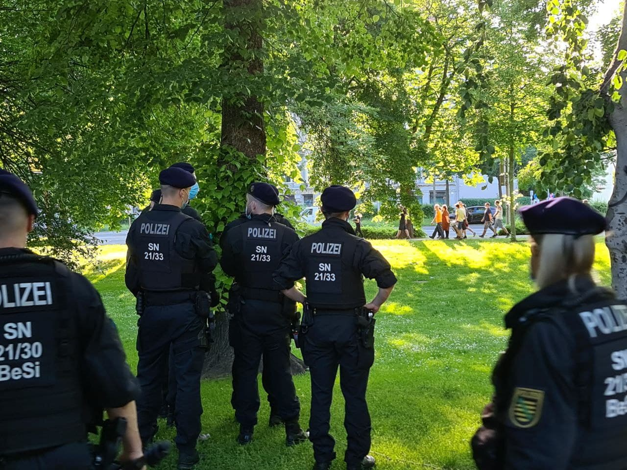 """Praktisch ohne Redebeiträge ging es für die """"Bürgerbewegung"""" kurz nach 19 Uhr sofort auf den heiß ersehnten Rundgang über den Ring. Foto: LZ"""
