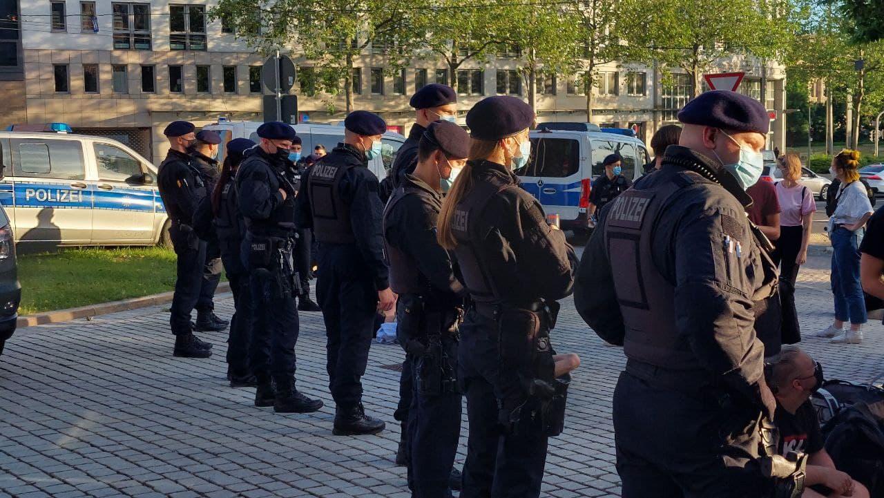 """Mit dem Ende der """"Querdenker""""-Demo am Wagnerplatz wurde auch der Kessel am Neuen Rathaus aufgelöst. Foto: LZ"""