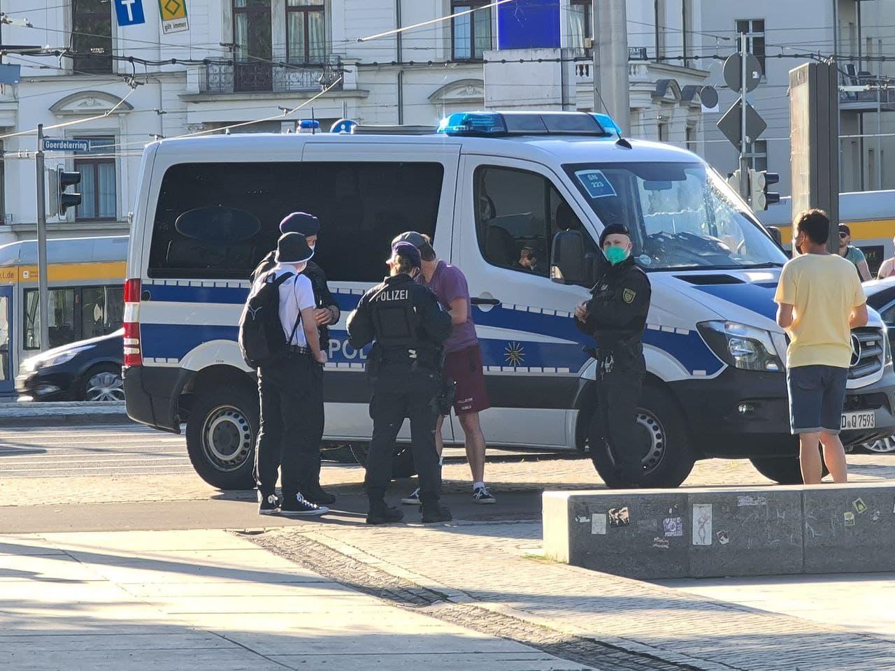 Zwei rechte Youtuber finden sich noch vor Demostart gegen 19 Uhr in einer Polizeimaßnahme am Wagnerplatz wieder. Foto: LZ