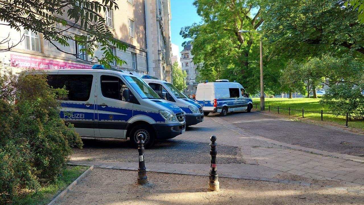 Schon vorab an den neuralgischen Punkten stationiert um Blockaden zu verhindern: die Polizei. Foto: LZ