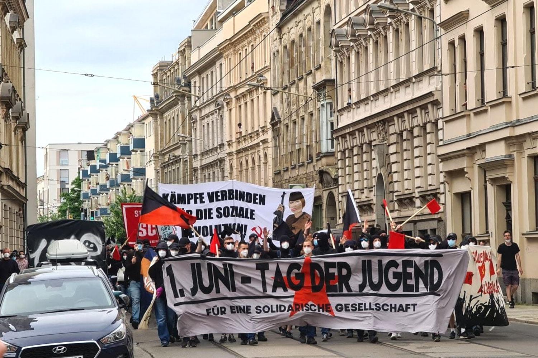 """Kurz nach dem Bayerischen Platz in Richtung Süden: mehr als 500 Teilnehmer/-innen am """"Tag der Jugend"""" in Leipzig. Foto: Leon Eisfelder-Mylius/LZ"""