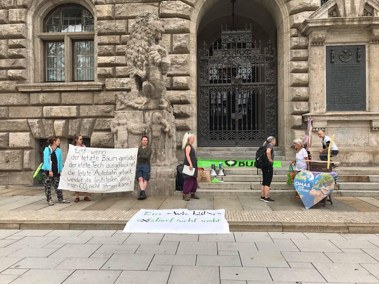 Protest von NABU, BUND und Grünen gegen Baumfällung in Dösen. Foto: L-IZ
