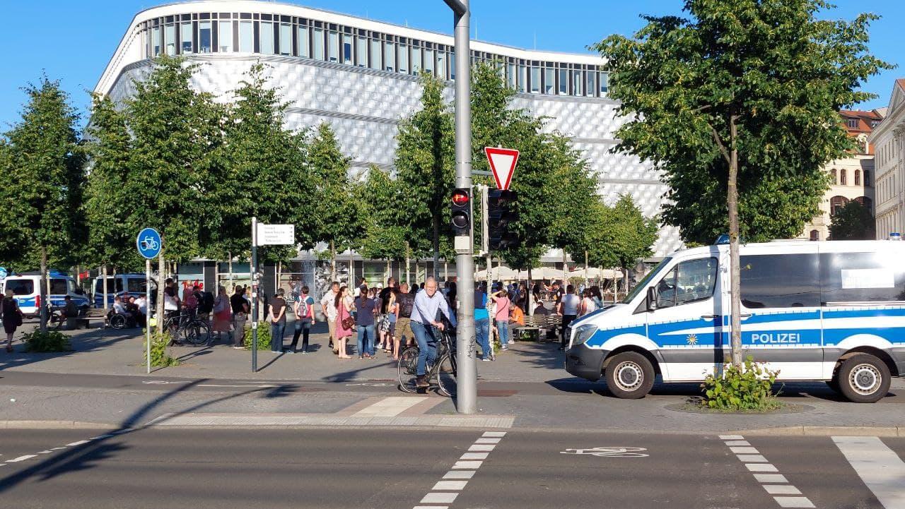 """Die ersten von der """"Bürgerbewegung Leipzig 2021"""" sammeln sich um 19 Uhr am Wagnerplatz. Foto: LZ"""