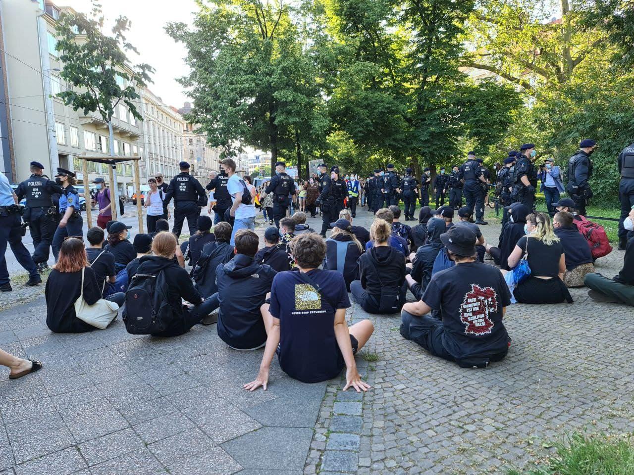 Dennoch versuchen einzelne auf die Strecke zu gelangen, blockieren hier und zwingen die Demo zum Abbiegen. Foto: LZ