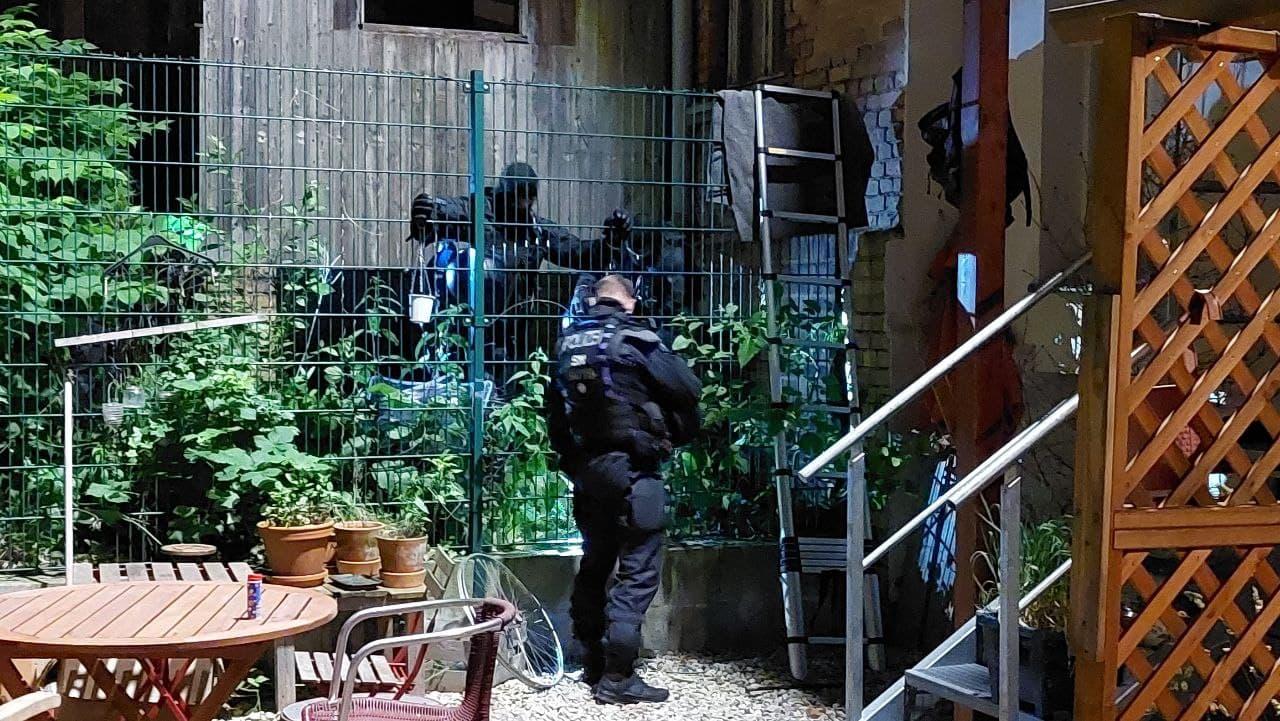 Ein Zaun soll abgeschraubt werden - warum, ist völlig unklar. Foto: LZ