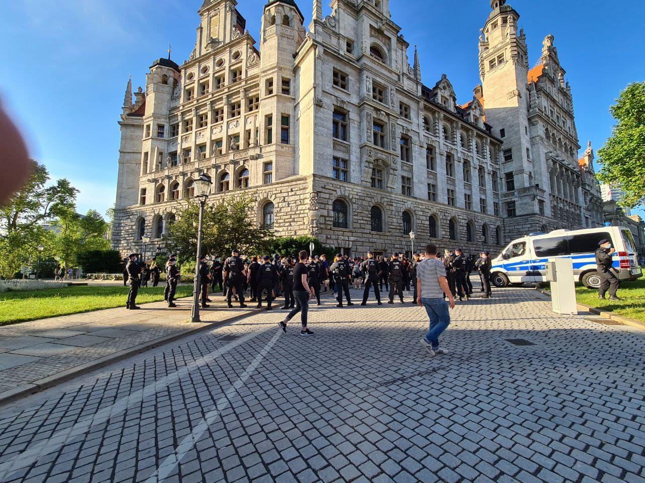 Die Polizei kesselte am Neuen Rathaus den allergrößten Teil des Gegenprotestes. Angeblich wegen Straftaten, Fazit: es lagen keine vor. Foto: LZ