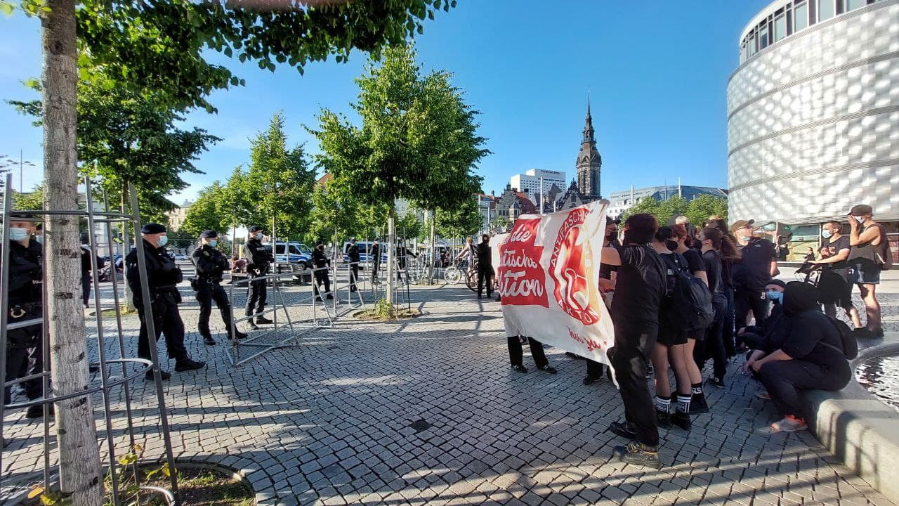 """Ebenfalls die ersten vor Ort - Der Gegenprotest von """"Leipzig nimmt Platz"""" trifft ein. Foto: LZ"""