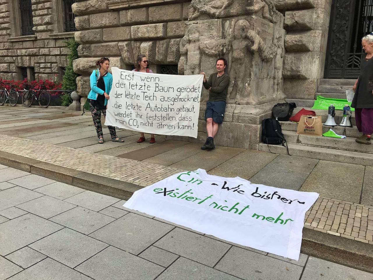 Protest von NABU, BUND und Grünen gegen Baumfällung in Dösen