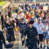 """Ein """"Krieger Odins"""" als Ordner und die """"Bürgerbewegung"""" unter Polizeischutz auf dem Augustusplatz. Foto: LZ"""